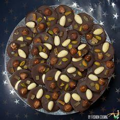 Cette année Mademoiselle Cuisine et moi vous offrons pour Noël un Calendrier de l'Avent de cadeaux gourmands. Chaque jour une nouvelle recette à préparer pour l'offrir à vos proches. 3 décembre: Mendiants chocolat et fruits secs maison