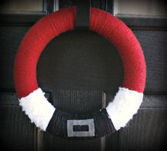 santa wreath - must try Wreath Crafts, Diy Wreath, Christmas Projects, Holiday Crafts, Holiday Fun, Wreath Ideas, Christmas Yarn Wreaths, Christmas Decorations, Christmas Ornaments