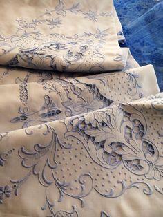 Toalha de bordado Madeira em linho bordado com linha antiga azulada #madeiraembroidery #handmade #bordal #vintage