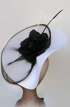 Tocado blanco y negro para bodas. Es un tocado grande muy elegante. La base del tocado de boda es blanca y va envuelta con un velo negro y decorado con una flor de organza hecha a mano y dos plumas en blanco y negro. Se sostienes sobre una diadema negra. Los colores del tocado combinan bien Facinator Hats, Black Fascinator, Kentucky Derby, Black And White Hats, How To Make Decorations, Ascot Hats, Organza Flowers, Derby Day, Flower Hats