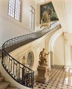 Henri Samuel and Susan Gutfreund in Paris, A grand home on Paris' Left Bank. Image originally appeared in the January/February 2011 issue of VERANDA. French Interior, Classic Interior, Grande Cage D'escalier, Architecture Design, Chateau Hotel, Veranda Magazine, Grand Homes, Grand Staircase, Curved Staircase