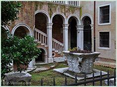 Une petite visite au jardin du palazzo Contarini del Bovolo. Plus de panneaux de chantier... on croise les doigts pour une réouverture prochaine. Dans le sestiere de San Marco à Venise