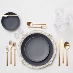 Antique White Florentine Chargers + NEW Heath Ceramics Indigo/Slate Dinnerware+ 24k Gold Flatware + Czech Crystal/Coupe Trios + Antique Crystal Salt Cellars // Casa de Perrin Table Setting
