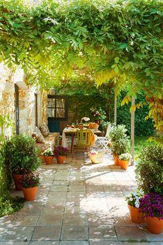 Love this dreamy outdoor patio garden средиземноморский сад, Outdoor Rooms, Outdoor Dining, Outdoor Gardens, Outdoor Decor, Patio Dining, Dining Area, Small Dining, Small Tables, Outdoor Seating