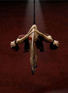 duo lyra single knee hang on top- gazelle inverted.
