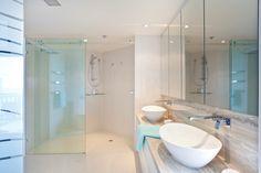 Eine Bodengleiche Dusche Mit Klarglas Und Durchgängig Gefliestem Boden Lässt Das