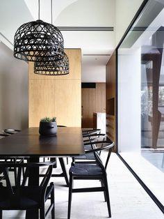 Estúdio Lorena Couto se inspira em: sala de jantar sóbria