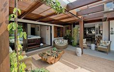 Decoração de casa, casa, casa com varanda. Varanda com plantas, mesa de centro de tronco.