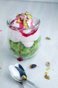 pistachecake met yoghurtcreme en granaatappelsiroop Avocado Mousse, Pudding, Desserts, Food, Tailgate Desserts, Deserts, Custard Pudding, Essen, Puddings