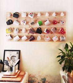 Existem várias outras ideias simples e bonitas para quem não quer usar a caneca de outra forma, mas sim expor sua coleção em algum cantinho da casa para que façam parte da decoração. Dá para colocá-las em prateleiras, criar um display com um painel de madeira e ganchinhos e pendurá-las, usar um pallet… O céu é o limite.