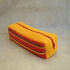 trousse Crochet Purse Patterns, Crochet Purses, Love Crochet, Diy Crochet, Crochet Pencil Case, Crotchet Bags, Knit Basket, Manta Crochet, Macrame Bag
