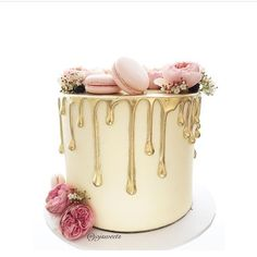 Gorgeous drip cake with macarons wedding cake Gorgeous Cakes, Pretty Cakes, Cute Cakes, Amazing Cakes, Cupcake Torte, Drippy Cakes, Naked Cakes, Bolo Cake, Engagement Cakes