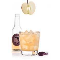 Maple Pomme: 4 cl Johnnie Walker Black Label, 1 cl Zitronensaft, 2 cl Apfelsaft naturtrüb, 1 BL Ahornsirup, Thomas Henry Ginger Ale / Glas: Tumbler / Garnitur: Apfelscheibe