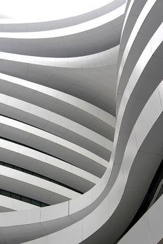 Kurven-Galaxie soho in Peking, von Zaha Hadid - Architecture Architecture Design, Parametric Architecture, Chinese Architecture, Facade Design, Futuristic Architecture, Architecture Office, Atrium Design, Building Architecture, Zaha Hadid Design