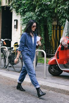 This season there's no way around the famous denim boiler suit. - Total Street Style Looks And Fashion Outfit Ideas Denim Fashion, Look Fashion, Trendy Fashion, Jumpsuit Outfit, Denim Jumpsuit, Dungarees, Style Bleu, My Style, Trendy Style