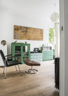 Green cabinets and showcases vtwonen May 2015 Style At Home, Interior Exterior, Interior Design, Green Cabinets, Cupboards, Corner House, Living Spaces, Living Room, House Colors