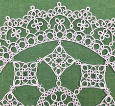 PDF pattern of tatting lace doily Sunny This is PDF pattern. You can use this pattern immediately. Not including printed matters. The pattern is visual chart only. Pattern is written in English/Japanese. material - 2 shuttles, cotton thread white version: DMC, cordonnet special