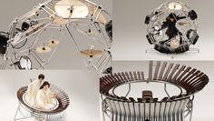 日本が誇る楽器&発動機メーカーYAMAHAが、フランスのサンテティエンヌで毎年開催されている国際デザインビエンナーレに2度目の出展を行う。 これは世界中のデザイナーたちが生活における「形」における「美」の意味、重要性、機能を問い直し、それが社会や生活様式にどのような影響を与えるか考察する意欲的なイベントとなっている。 ここでYAMAHAは自社の2つの大きな柱である楽器、バイクにおいて、デザイナーを交換するという冒険に出た。 つまり楽器デザイナーがバイクを、バイクデザイナーが楽器をデザインしたのだ。 名付けて「project AH A MAY(プロジェクト・アーメイ)」。 プレスリリースによると、 「生産・商品化の制約に縛られることなく、それぞれの作法や考え方でデザインを提案する」ことが目的とのこと。 そこで生まれたのが、2つの楽器、FUJINとRAIJINだ。 まず見た目からして楽器の既成概念を越えている。 FUJINは簡単にいえば木琴だが、バイクのようにタンデムで演奏する。…
