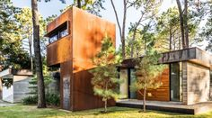 Concrete and weathering steel were used to create a low-maintenance weekend home in Texas »