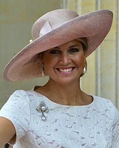 Queen Máxima in yet another fabulous #picturehat.  Love the pearls.