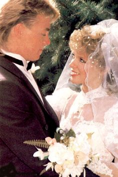 Kylie Minogue and Jason Donovan in neighbours Kylie Minogue, Beauty Queens, Childhood Memories, The Past, Wedding Dresses, Vegan Chocolate, Pictures, Chip Cookies, Soaps