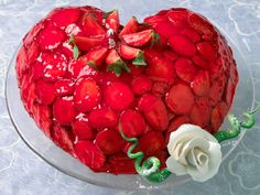 Uansett om det er morsdag, farsdag eller Valentines day, så vil alle elske denne kaken! Stek den i hjerteform eller skjær bunnen til et hjerte og pynt med jordbær og gelé. Kilde: Opplysningskontoret for frukt og grønt. Foto: Alf Børjesson
