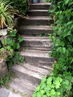 Garten-anders: Idee: Haltbare Treppe aus Eisenbahnschwellen