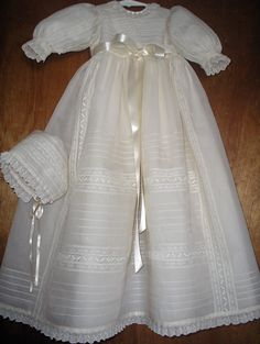 The choice of christening gowns for children / for children was / is an important task … Baby Christening Outfit, Baptism Dress, Little Girl Dresses, Flower Girl Dresses, Frock Patterns, Blessing Dress, Baby Gown, Communion, Beautiful Outfits