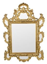 Espejo con marco de estilo dieciochesco en madera tallada y dorada, del segundo tercio del siglo XX