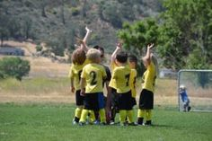 10 awesome ways to improve team morale & encourage teamwork Kids Soccer, Kids Sports, Youth Football, Soccer Snacks, Team Morale, Top 15, Parent Coaching, Ritter Sport, Sports Clubs