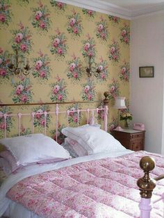 Vintage cottage floral bedroom with iron bed! Shabby Cottage, Cottage Chic, Cottage Style, Shabby Chic, Rose Cottage, Cottage Living, Wallpaper Bedroom Vintage, Of Wallpaper, Cottage Wallpaper