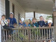 Amish children watching the world go by Amish Family, Amish Farm, Amish Country, Country Life, Country Kitchen, Amish Books, Amish Community, Amish Culture, Lancaster Pennsylvania