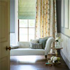rideaux chambre adulte à motifs, store en tissu vert pâle et méridienne