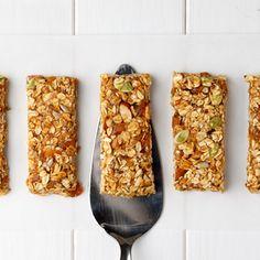 Boules d'énergie sans cuisson aux dattes et avoine | Fraîchement Pressé Granola Bars, Protein Bars, Healthy Treats, Oatmeal, Diet, Vegetables, Breakfast, Desserts, How To Make