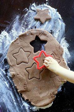basteln-mit-2jährigen-kindern-salzteig-ausstechformen