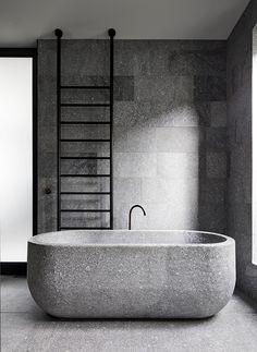 A pedra domina praticamente todo o ambiente neste projeto do escritório Be Architecture! O material garantiu diferentes texturas e tonalidades para o banheiro, uma escolha ousada e muito elegante! Foto: Peter Clarke.