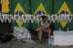 Ambulante aproveita a movimentação para vender bandeiras do Brasil e pixulecos em Porto Alegre.