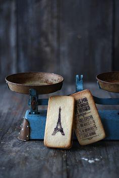 Galletas de aceite  Preparación:30 minutos, si las decoras. Si no, 10 min  Cocción:8-10 minutos  Raciones:16 galletas gigantes (7 cm)  Ingredientes  Para las galletas:  100 g de aceite vegetal (usé girasol) 100 g de azúcar polvo (glass) 1 huevo M 1 cucharadita de vainilla en pasta (o en polvo, azúcar vainillado, …) 250 g de harina 1 cucharadita rasa de levadura química 1 pizca de sal