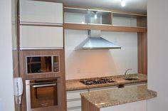 Cozinha Nogueira Boreal com Branco Diamante com os seguintes diferenciais: Fornos embutidos, iluminação em led, aramados cromados, perfil puxador em alumínio.
