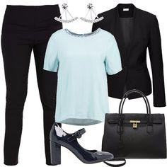 L'outfit è composto da una borsa a mano nera in fintapelle, un paio di tacchi blu, un paio di pantaloni neri a vita normale, una camicetta con scollo tondo e da un blazer.
