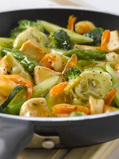 Salteado de pollo y camarones con verduras coloridas