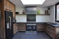 Keuken van origineel oud eiken, stalen grepen gesmeed, blauwstalen schouw en achterplaat en apparatuur van STEEL.