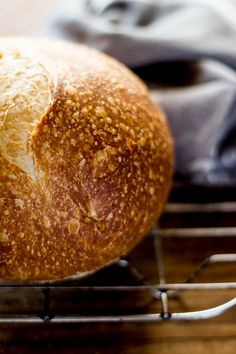 sourdough bread: a beginner's guide. The fermentation process in making sourdough kills gluten proteins, making it a great choice for the gluten intolerant! Sourdough Recipes, Bread Recipes, Real Food Recipes, Cooking Recipes, Yummy Food, Sourdough Bread Bowl Recipe, Sourdough Pizza, Croissants, Artisan Bread