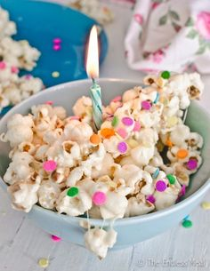 Like the decorative style of the popcorn: birthday cake popcorn. 6 cups popped popcorn, ½ bag of marshmallows, 2 teaspoons vanilla, tablespoons milk (could sub in almond milk), ¾ cup vanilla cake mix. Just Desserts, Delicious Desserts, Dessert Recipes, Yummy Food, Birthday Cake Popcorn, Popcorn Cake, Bithday Cake, Yummy Treats, Sweet Treats