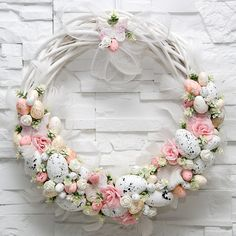 Adorable Easter Wreath Decoration Ideas With Egg And Bunny; Easter Wreath Decoration Ideas With Egg And Bunny; Easter Wreaths, Holiday Wreaths, Easter Garland, Easter Table Decorations, Easter Holidays, Spring Crafts, Diy Wreath, Easter Crafts, Flower Arrangements