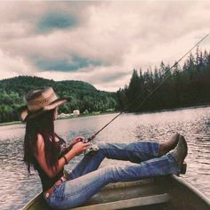 Yeah that's a real country girl! Country Girl Pictures, Real Country Girls, Country Style Outfits, Country Girl Style, Country Girl Fashion, Country Girl Hair, Country Life, Country Girl Photography, Cowgirl Photography