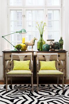 Lindas estas sillas que se pueden poner contra un mueble que decora que de seguro, rara vez se abre!