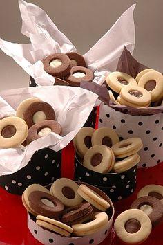 Ojitos con crema de chocolate | Recetas | Utilisima.com Linzer Cookies, Meringue Cookies, Brownie Cookies, Cupcake Cookies, Chocolate Cookies, Mini Desserts, Cookie Desserts, Cookie Recipes, Cookie Cups