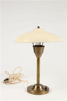 Dansk lampeproducent. Bordlampe i messing med hvid skærm og afbryderknap af bakelit. vurd. 1500 kr.