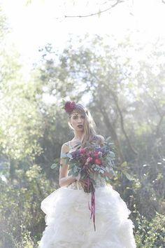 bukiet kwiatów i przypinka ze świeżych kwiatów, suknia ślubna